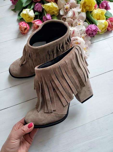 Женские ботинки из натуральной замши на удобном каблуке с бахромой