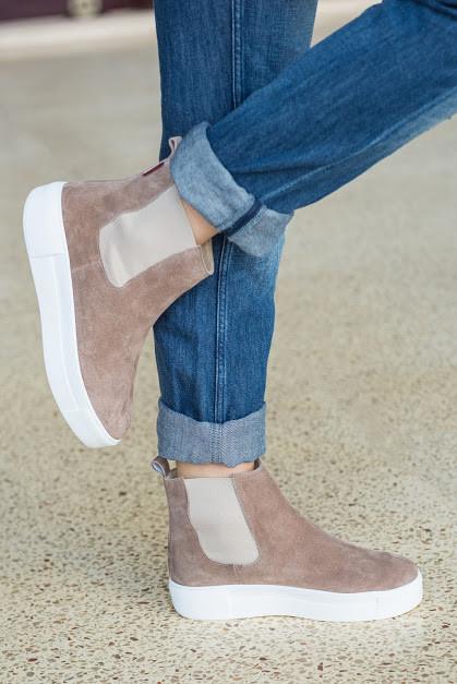 Женские демисезонные ботинки из натуральной замши бежевого цвета