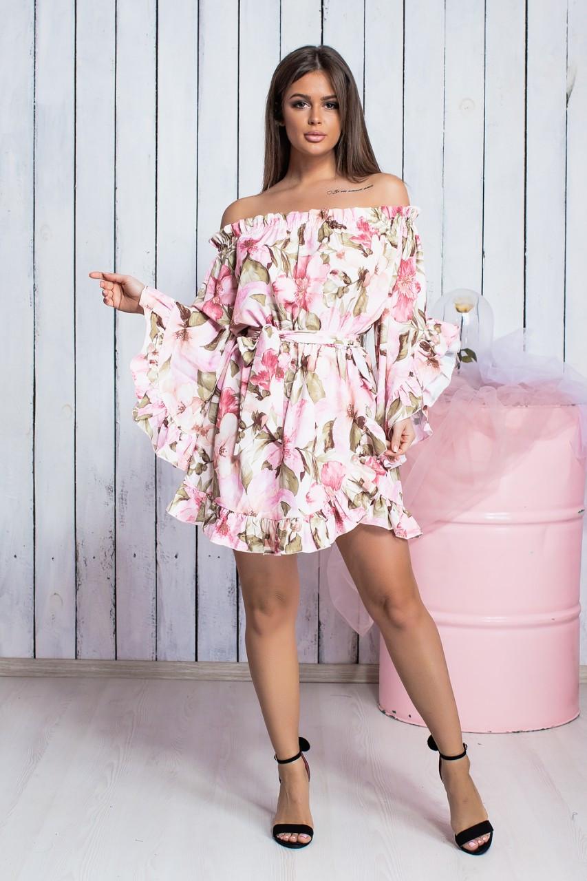 Розовое платье с воланами и цветочным принтом
