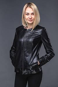 Женская кожаная куртка с текстурой питона