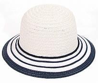 Белая летняя шляпка с полем в синюю полоску