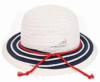 Белая женская шляпка с полем в синюю полоску и красным шнурком