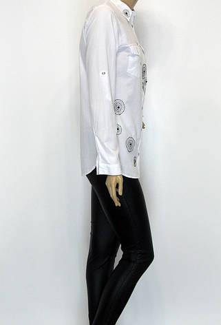 Стильна біла жіноча сорочка із стразами, фото 2