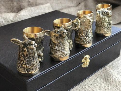 """Подарунковий набір бронзових стопок """"Мисливські"""" 8 штук, в кейсі з еко-шкіри"""