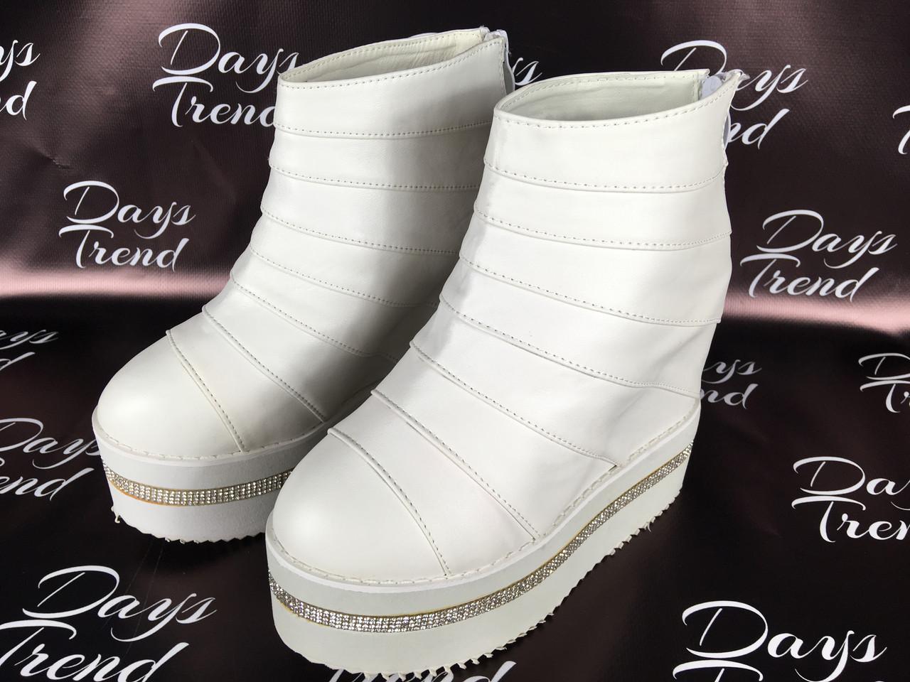 Стильні жіночі черевики ботильйони на платформі для модних дівчат Білий