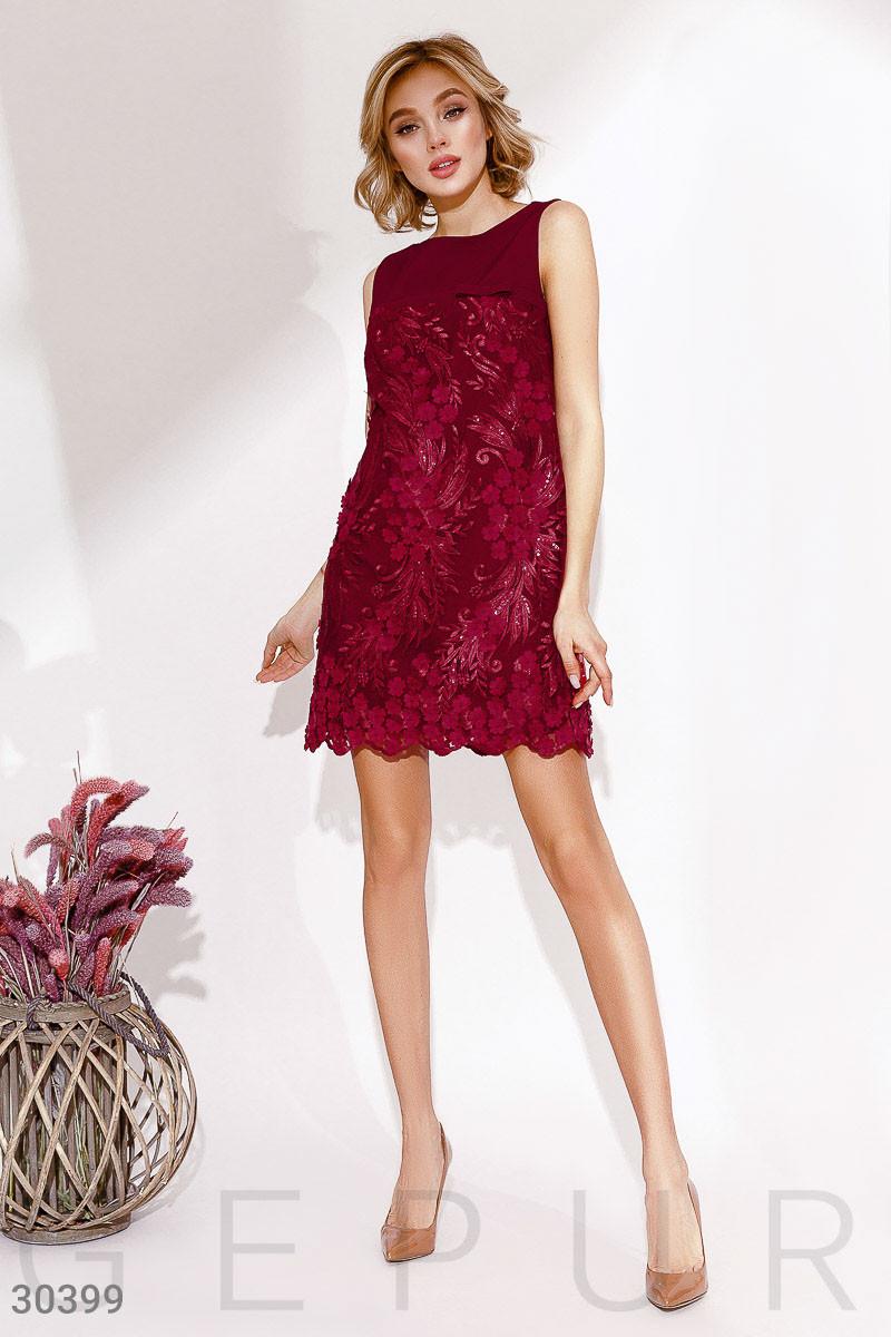 Стильное платье мини прямого кроя с потайной молнией без рукав темно красное