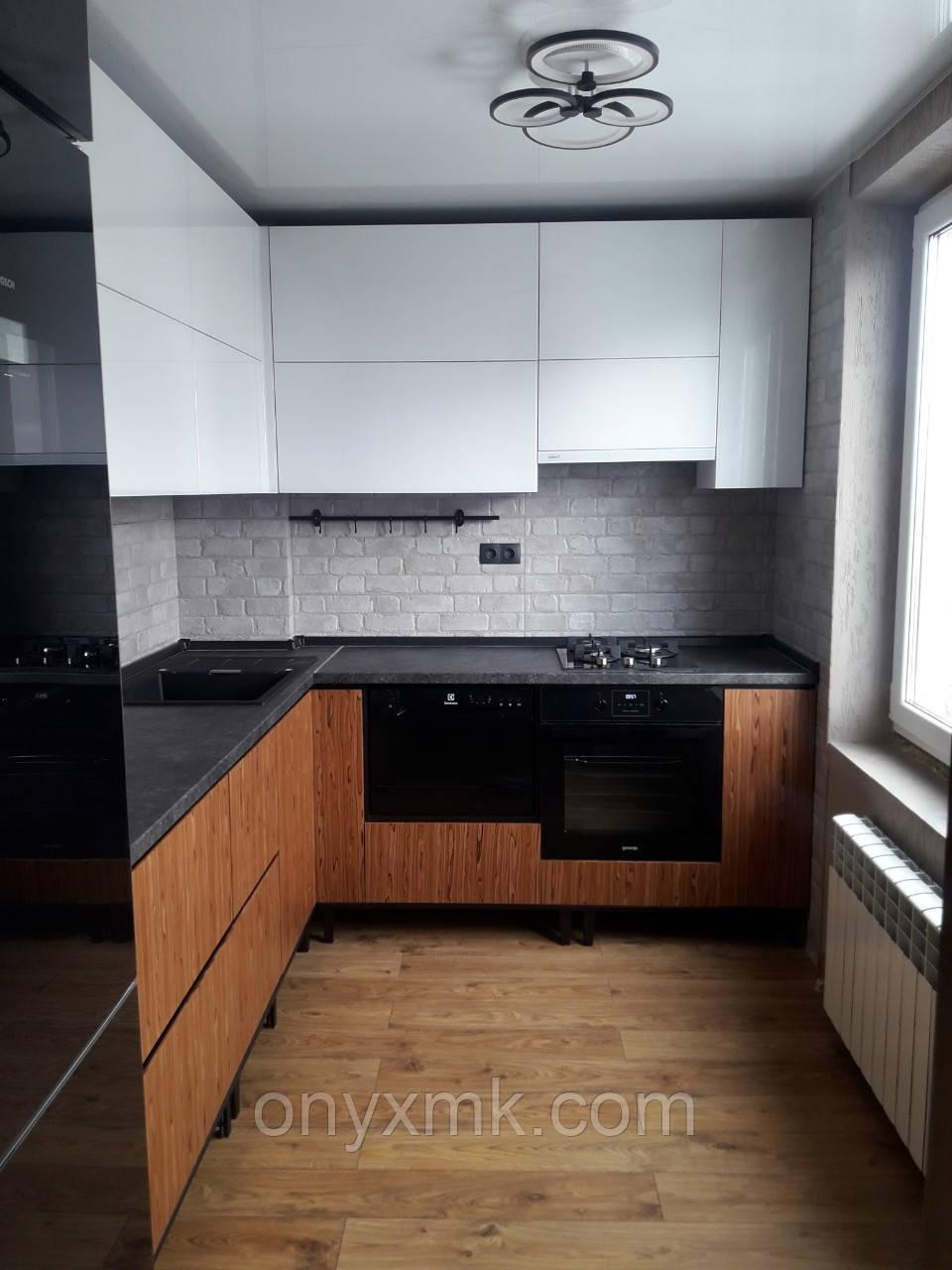 Угловая кухня на металлическом каркасе
