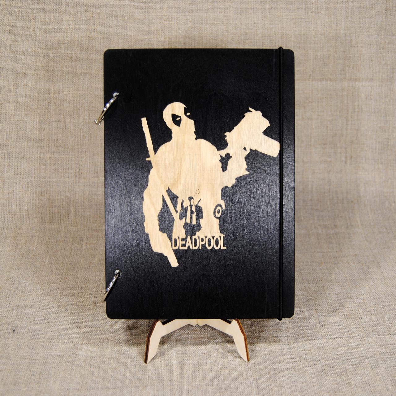 Блокнот (скетчбук) А5 (14,5 х 20,6 см) Дэдпул МАРВЕЛ Deadpool. Деревянная обложка, сменная бумага.