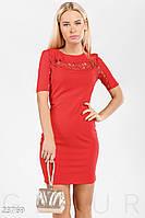 Короткое красное платье с открытой спиной