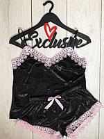 Черная велюровая пижама с розовым кружевом.