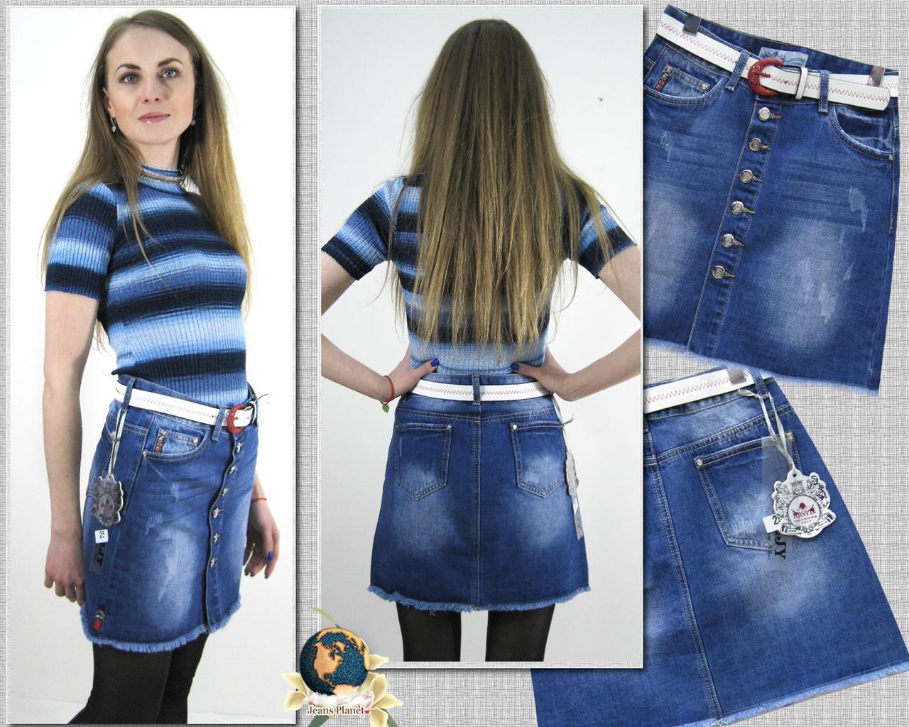 Короткая джинсовая юбка-трапеция с потёртостями на пуговицах с ремнём
