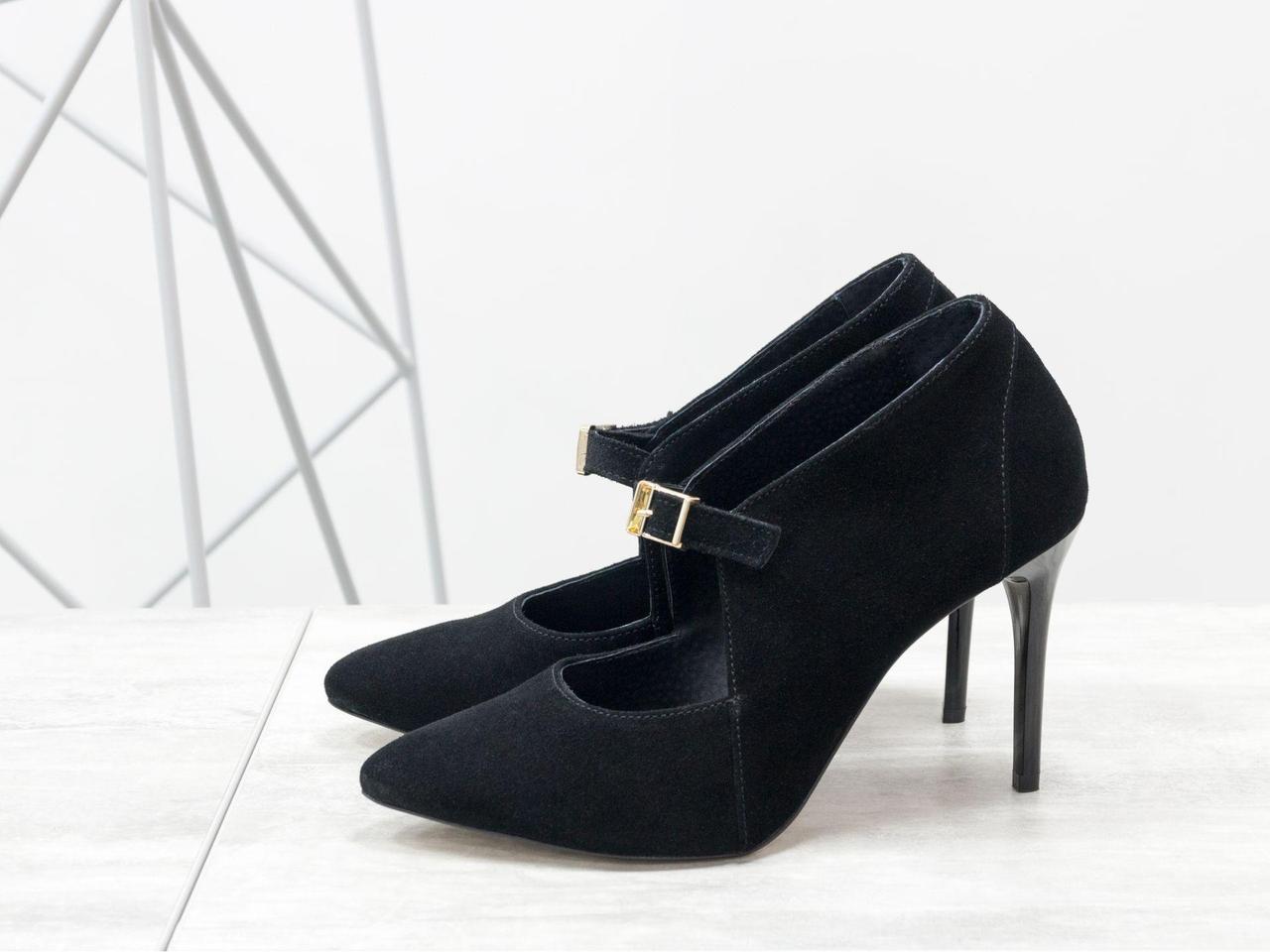 Женские туфли с ремешком, выполнены из натуральной замши черного цвета