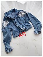 Женская стильная джинсовая куртка с декором