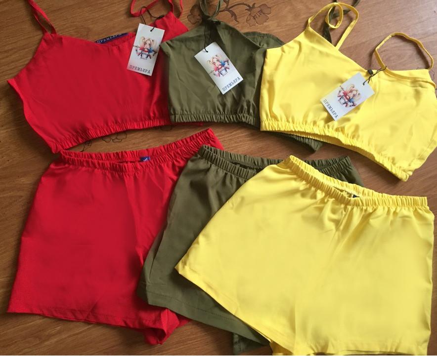 Яркая женская пижама с топом и шортиками