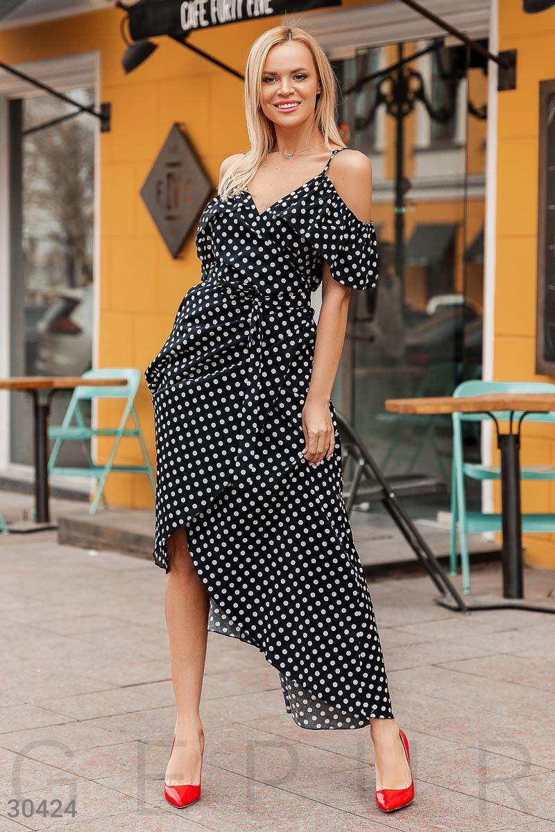 Красивое платье длинное на запах на регулируемых бретелях с воланами горох черного цвета