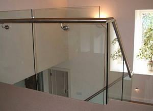Перила из стекла в офисном здании