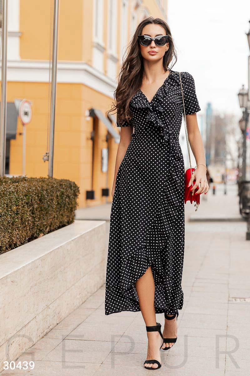 Модное платье длинное на запах с рюшами короткий рукав черное в белый горох