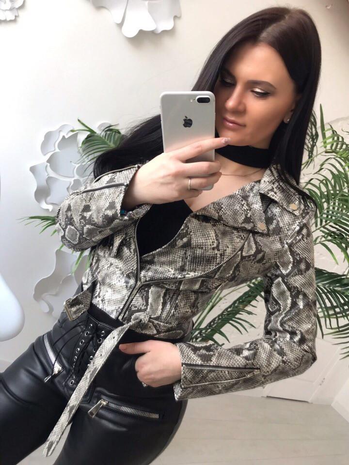 Женская кожаная куртка-косуха с животным принтом
