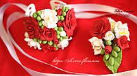 Свадебный браслет и бутоньерка с красными розами и фрезиями, фото 1