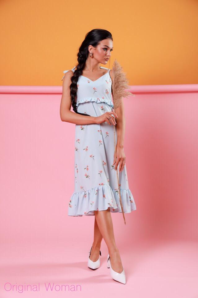 Классическое платье длины ниже колен с рюшами и цветочным принтом