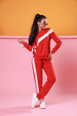 Красный спортивный костюм с белыми полосками