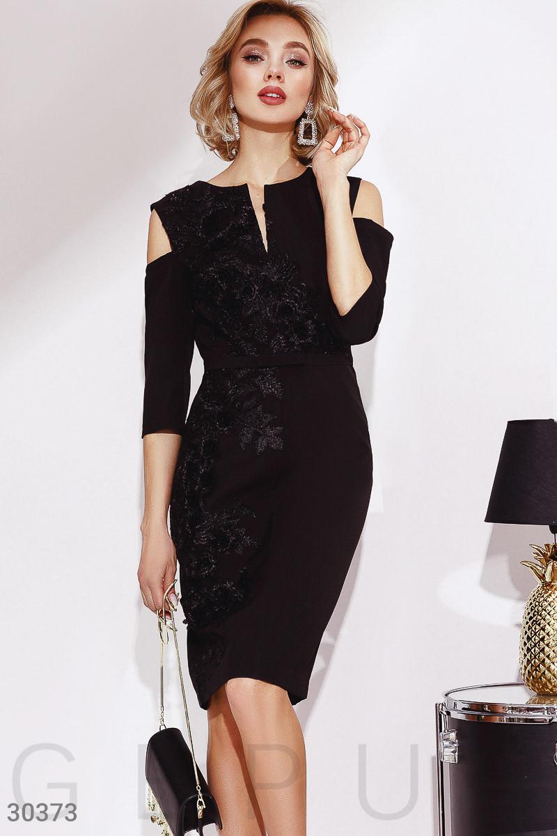 Приталенное платье с цветочным декором и открытыми плечами черное