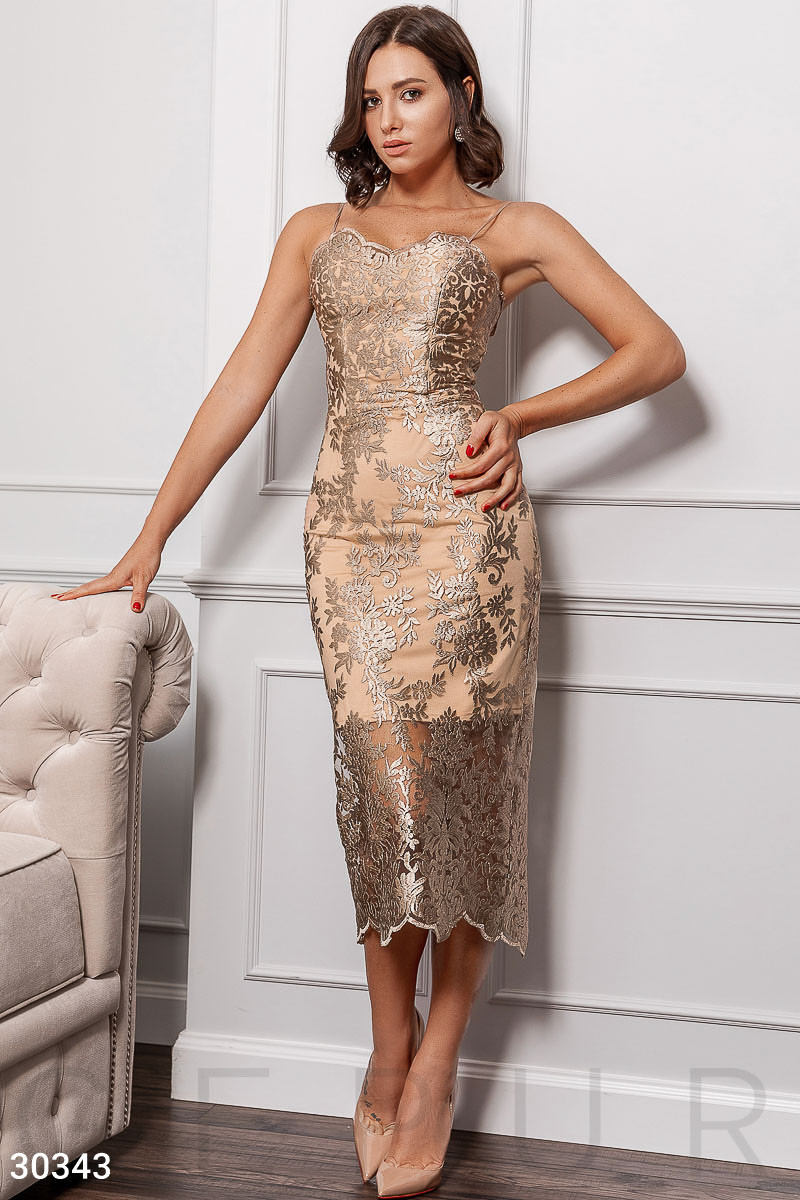 Золотое платье футляр на вечер с золотой вышивкой