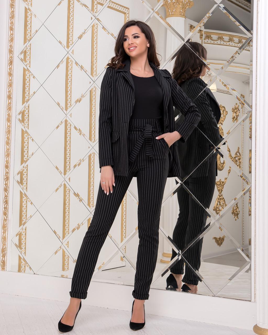 Элегантный деловой женский брючный костюм в полоску: пиджак на пуговице и брюки с высокой талией с поясом