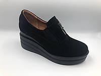 Замшевые женские туфли на танкетке с декоративной молнией