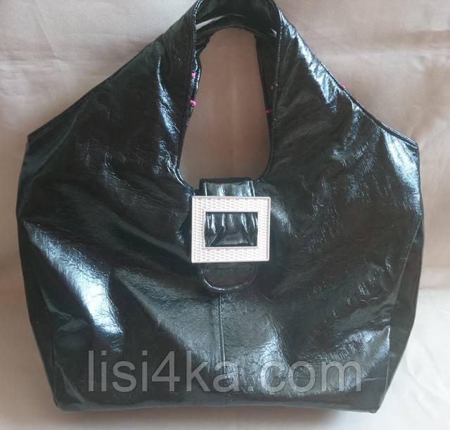Средняя лаковая сумка черного цвета с пряжкой