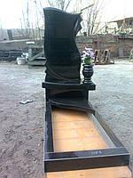 Памятник с перьями вазой и промежуткой