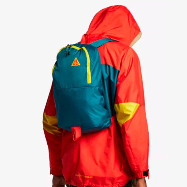 Рюкзак Nike ACG Packable   парень с рюкзаком на спине