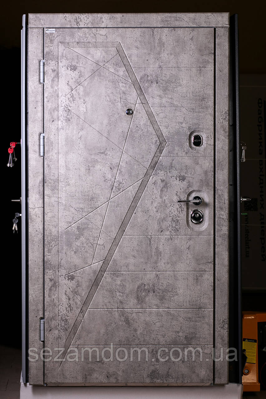 Трёх-контурная входная дверь, металл 2 миллиметра, вес 110 кг.