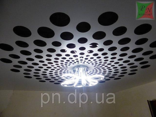 Сатиновый резной натяжной потолок в комнате.