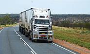 У США потужний порив вітру зніс із траси вантажівку (ВІДЕО)