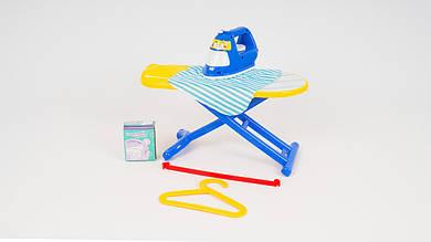 Детский утюг в наборе с гладильной доской и вешалкой