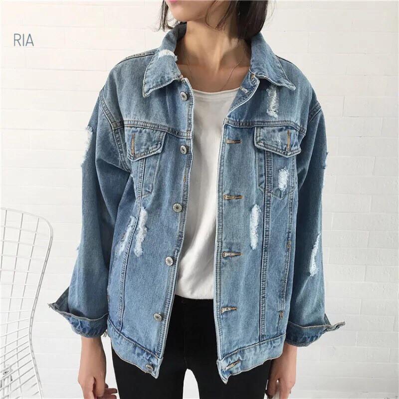 Модная женская джинсовая куртка с потертостями