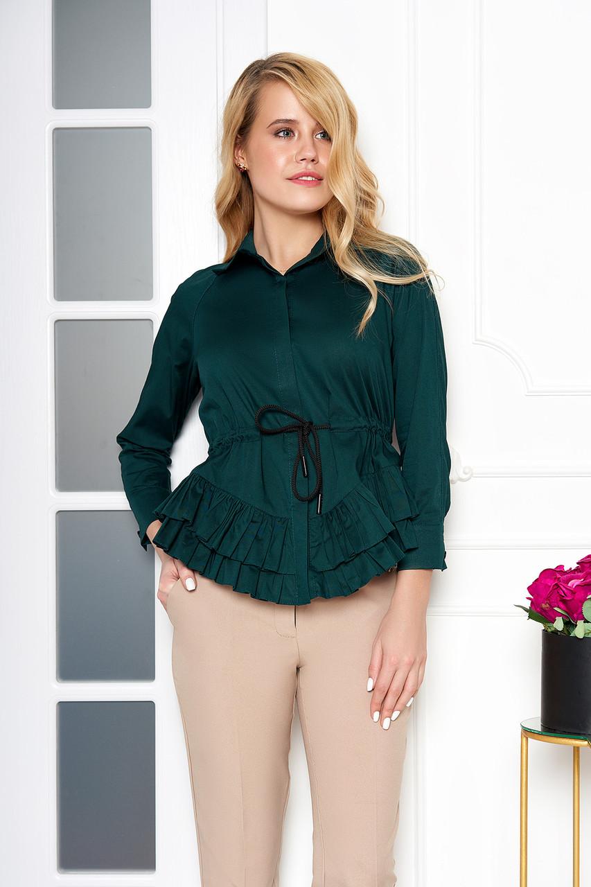 Красивая блузка с поясом и рюшами изумрудная