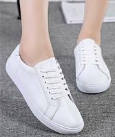 Белые кожаные кеды - легкие и удобные.