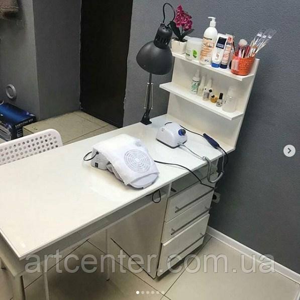 Вместительный стол для мастера маникюра с полкой для лаков и выдвижными ящиками
