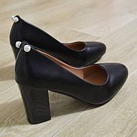 Туфлі чорні жіночі на каблуку.