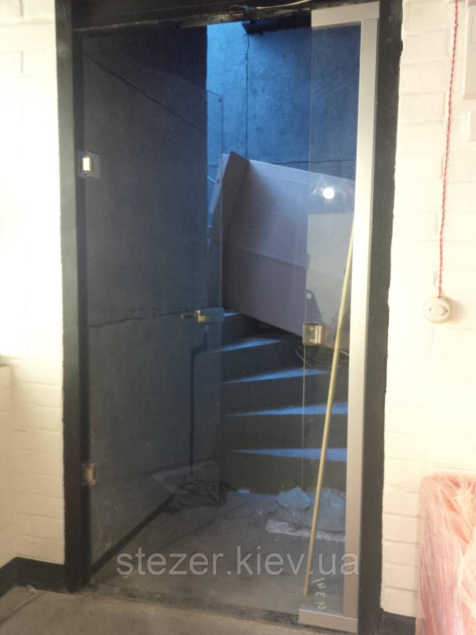 Входная стеклянная дверь в кафе