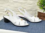 Босоножки женские кожаные на каблуке, декорированы фурнитурой, фото 3