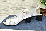 Босоножки женские кожаные на каблуке, декорированы фурнитурой, фото 4