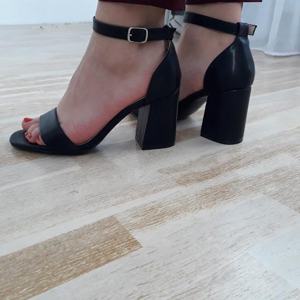 Босоніжки жіночі чорні на каблуку 39р