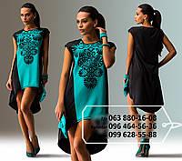 Короткое платье с удлиненной спинкой, просторного кроя с ярким контрастным рисунком на груди, черно-бирюзовое
