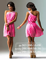Короткое шифоновое платье с косой бретелькой через одно плечо, декорировано камнями и складками, может быть подвязано широким легким поясом, розовое