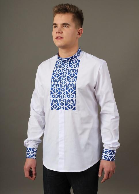 Белая вышитая рубашка с синим орнаментом