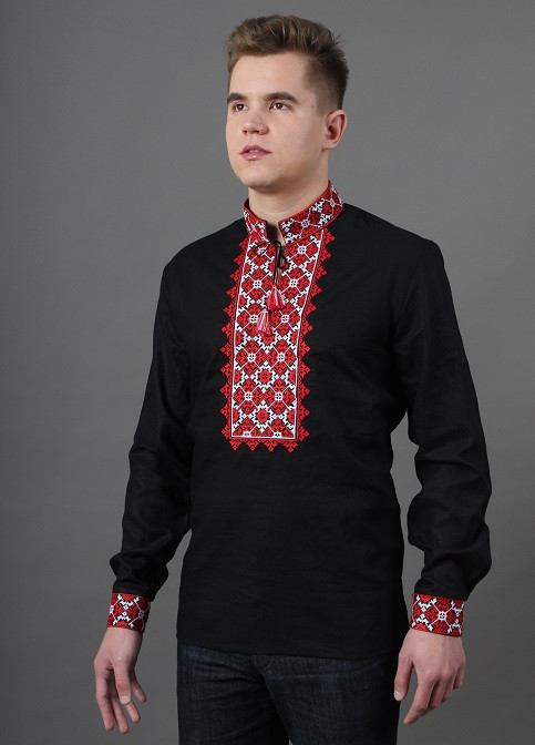 Мужская рубашка с вышитым красным орнаментом