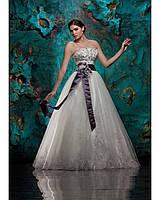 4d4093f47eb Свадебное платье расшито камнями с фиолетовой лентой